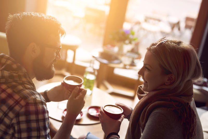 یک زوج در حال نوشیدن قهوه و صحبت کردن