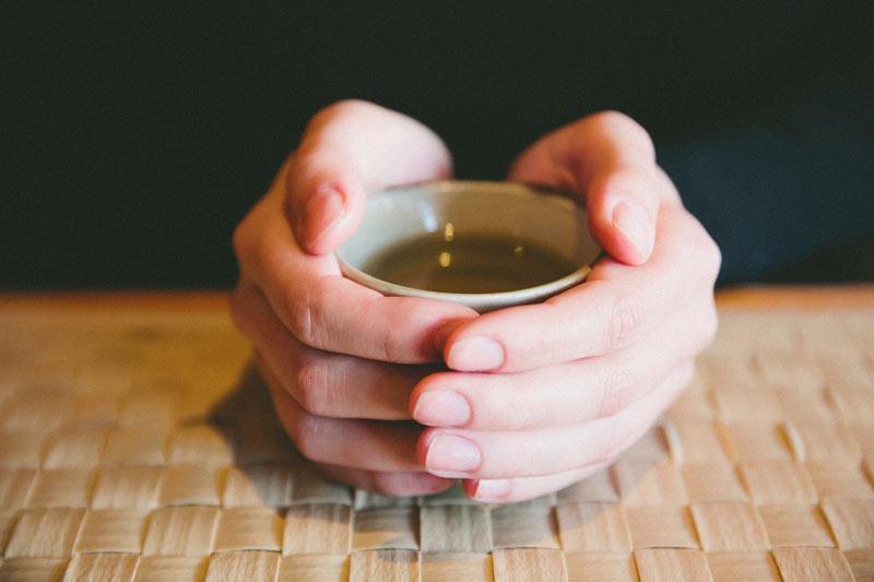 یک لیوان دمنوش چای سبز