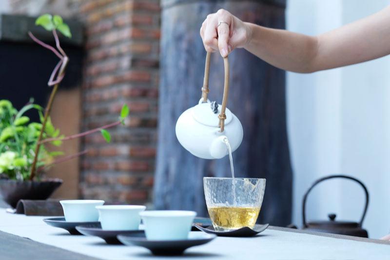 ریختن چای سبز از قوری