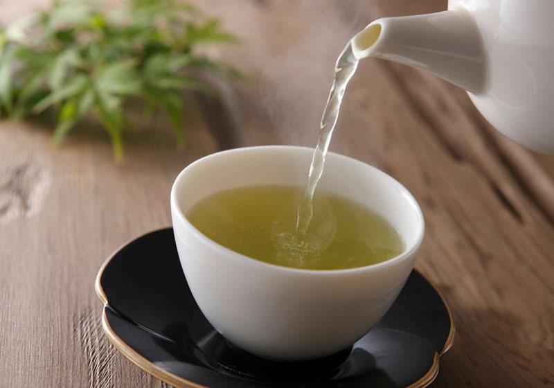 ریختن چای سبز