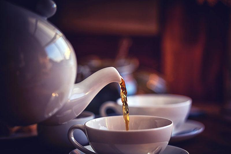 ریختن چای یا دمنوش