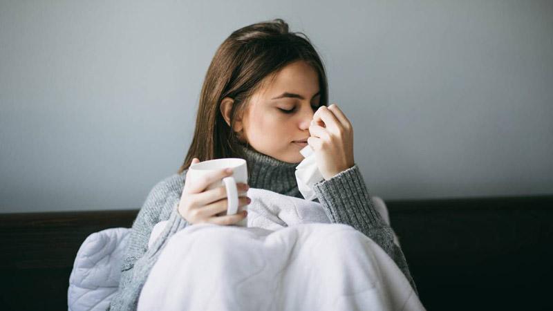 یک خانم سرما خورده