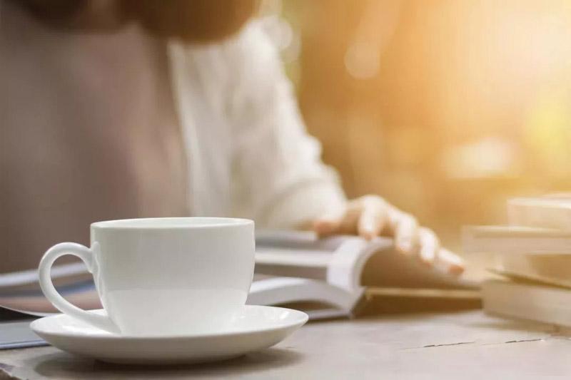 فنجان چای و کتاب