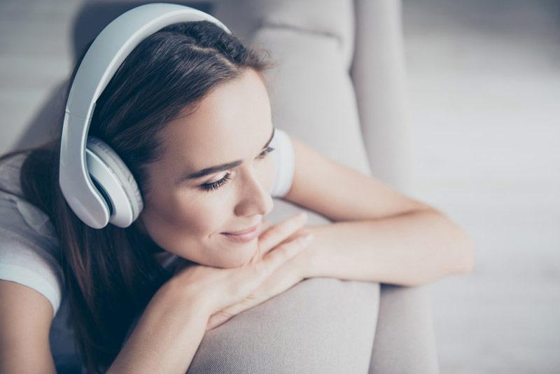 گوش دادن به آهنگ