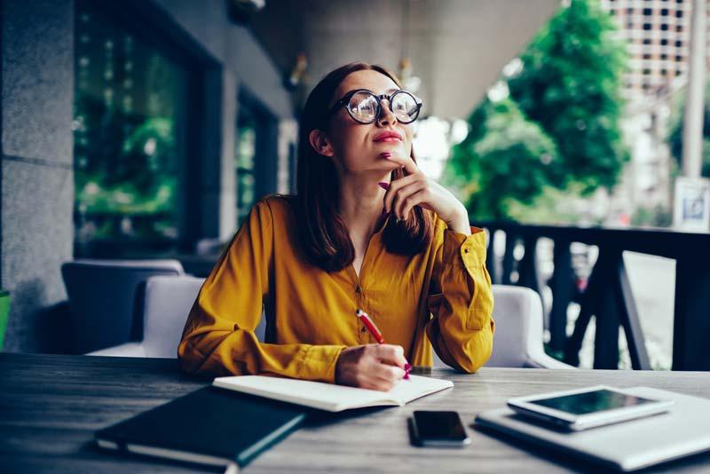 یک خانم در حال فکر کردن