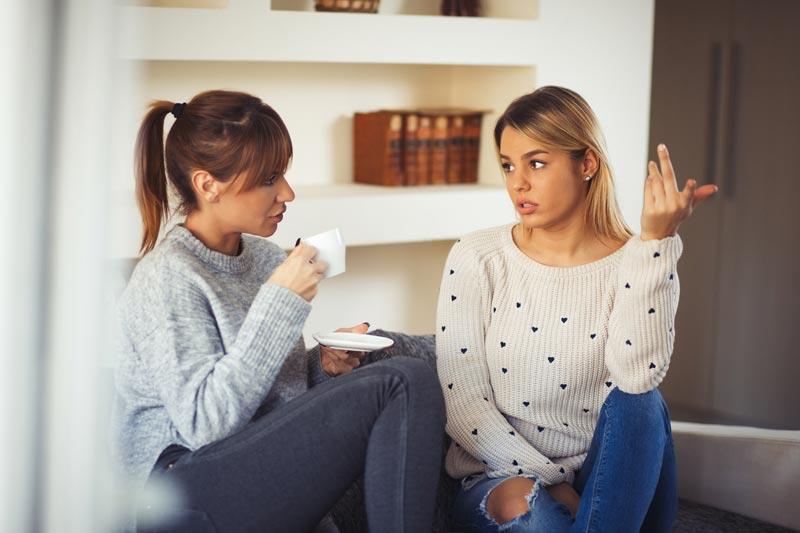 دو خانم در حال صحبت کردن با یکدیگر