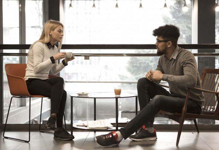 یک زوج در حال صحبت جدی
