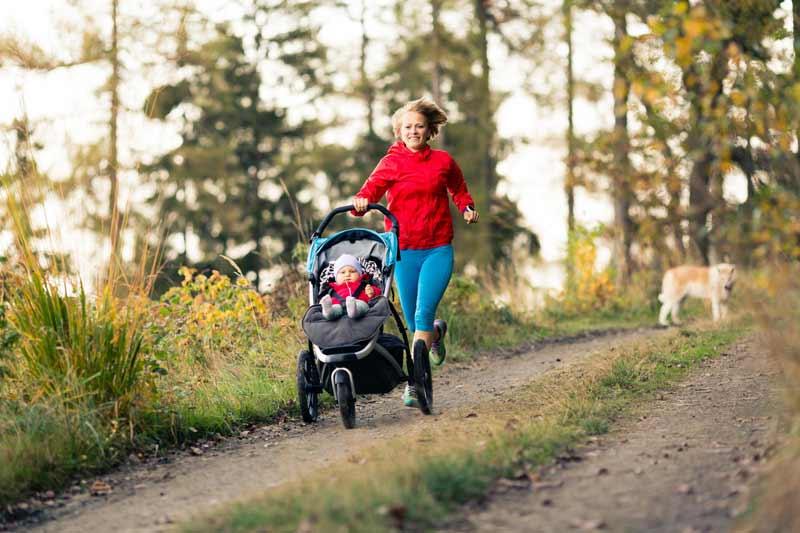 یک مادر در حال ورزش کردن به همراه فرزند خود
