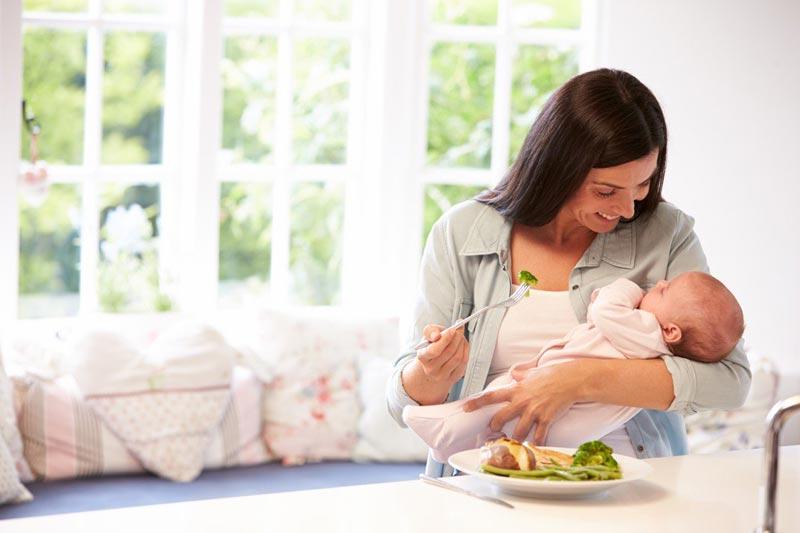 یک مادر شیرده در حال خوردن سالاد