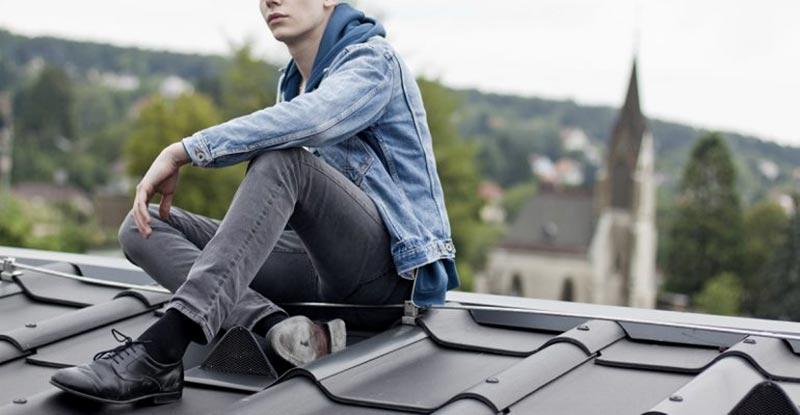 استایل یک آقا با شلوار جین و کفش رسمی