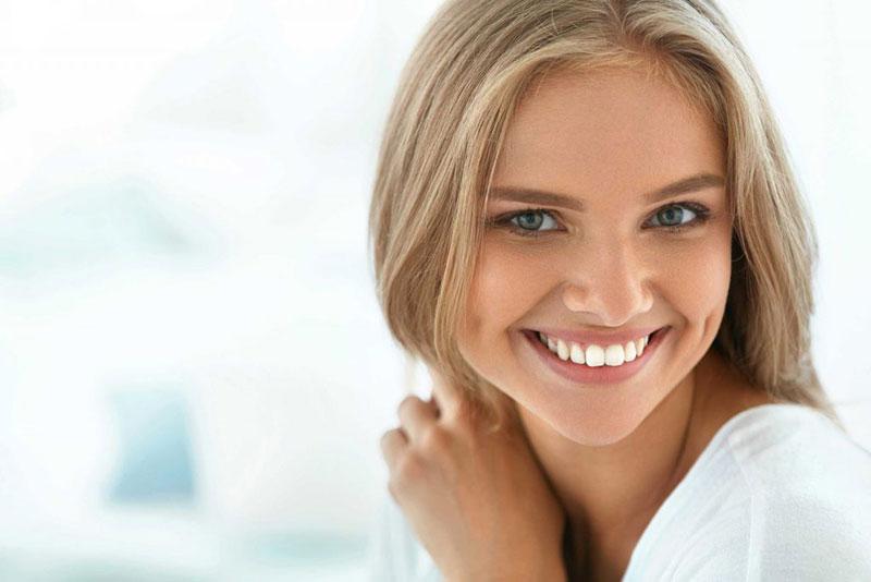 لبخند یک خانم با دندان های سفید