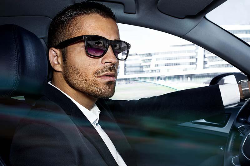 یک آقا با استایل رسمی و عینک آفتابی