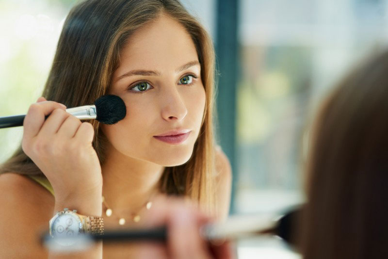 یک خانم در حال آرایش کردن