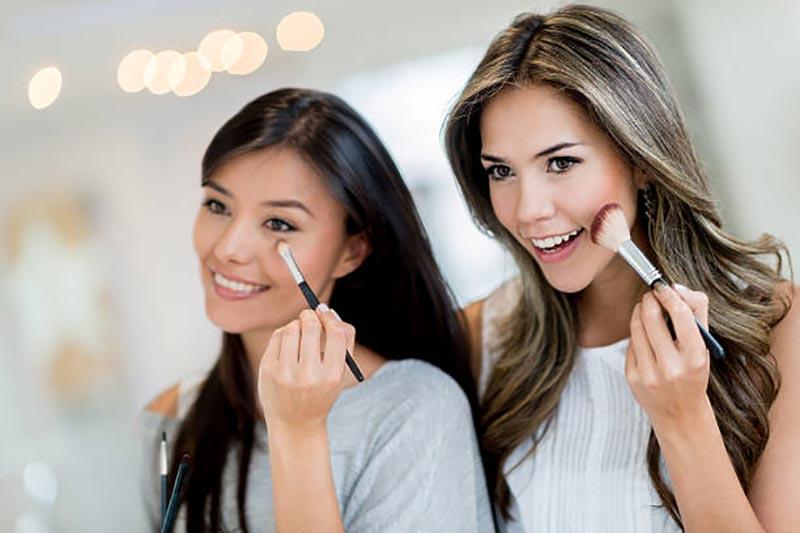 دو خانم در حال آرایش کردن