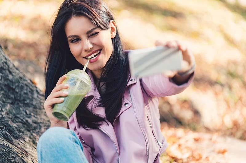 یک خانم در حال خوردن آب میوه