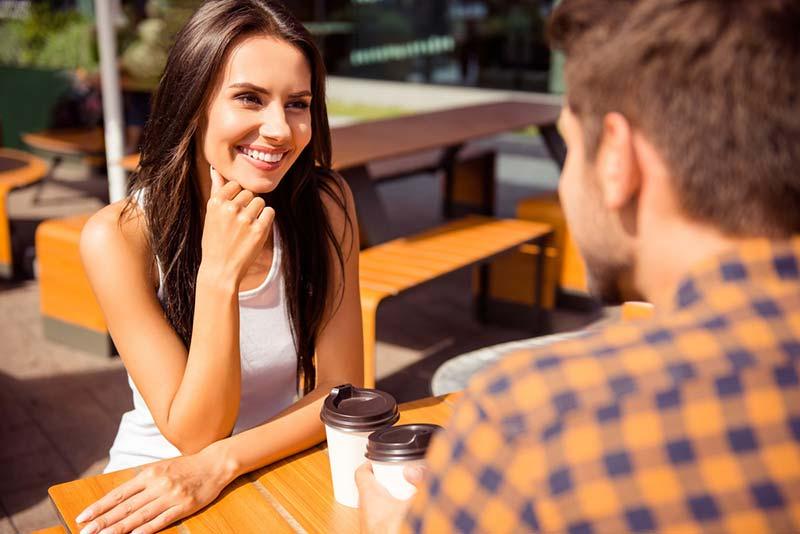نگاه کردن عاشقانه یک خانم