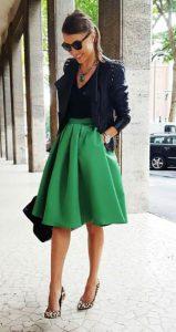 استایل یک خانم با بلوز ساده و دامن رنگی