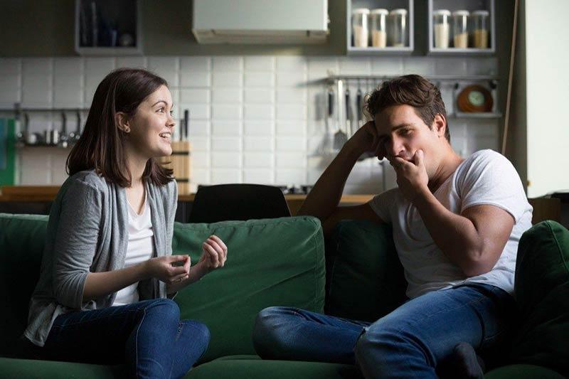یک زوج در حال صحبت کردن