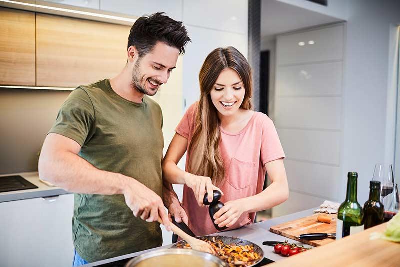 یک زوج در حال آشپزی