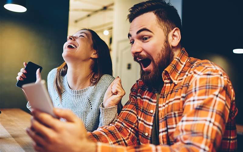 تاثیر خنده در رابطه با همسر