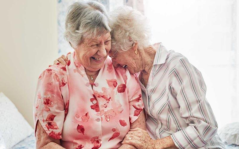 دو خانم مسن در حال خندیدن
