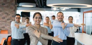 کارمندان در حال ورزش در محیط کار