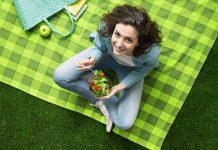 خانومی در حال خوردن سالاد